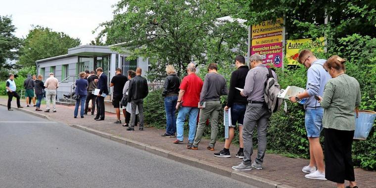 Kunden warten vor Zulassungsstelle in Sormarn